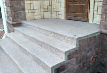 Входная лестница в загородном доме