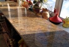 Кухня с гранитными столешницами в загородном доме