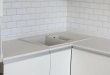 Белая кухонная П-образная столешница