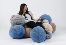 Необычное кресло из вязаных пузырей