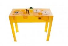 Необычный консольный столик из акрила