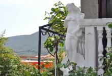 Черногория: львы, мансарды и колонны