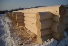 Для строительства деревянного дома нужны умелые и опытные плотники.