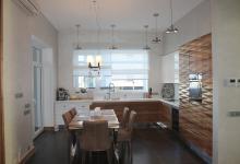 Гостиная комната с кухонной зоной в загородном доме в Пестово