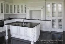 Классическая белая кухня с патиной с порталом и островом в загородный дом