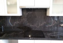 Кухонная столешница с фартуком из кварцевого агломерата Ванила Нуар