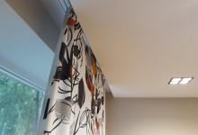 Натяжной потолок в совмещенной гостиной и коридоре