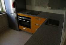Столешница в 6-метровую кухню из кварцевого агломерата