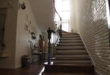 Прихожая, лестница...