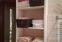 Шкафчик в ванную комнату из сосновых щитов
