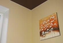 Шоколадный натяжной потолок на кухне