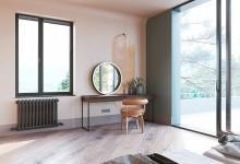 Мастер-спальня с туалетным столиком и большими окнами в частном доме