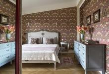 Спальня с голубым комодом