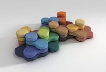 Разноцветный диван в неформальной обстановке