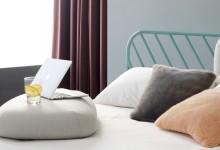 Кровать и подушки в изголовье