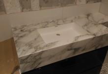 Каменные столешницы в ванных комнатах