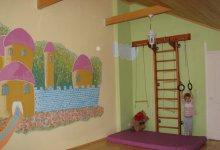 Закончен ремонт в детской (мансарда) в загородном доме для 2-хдевочек(4 и 2 года)