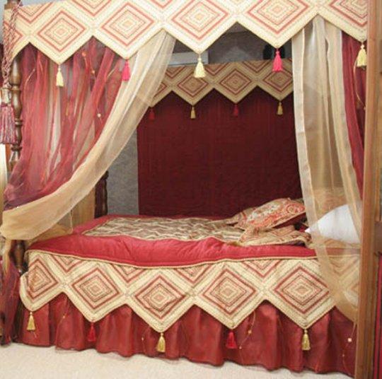 Тогда можно сделать кровать- подиум у окна, под ней разместить ящики для...