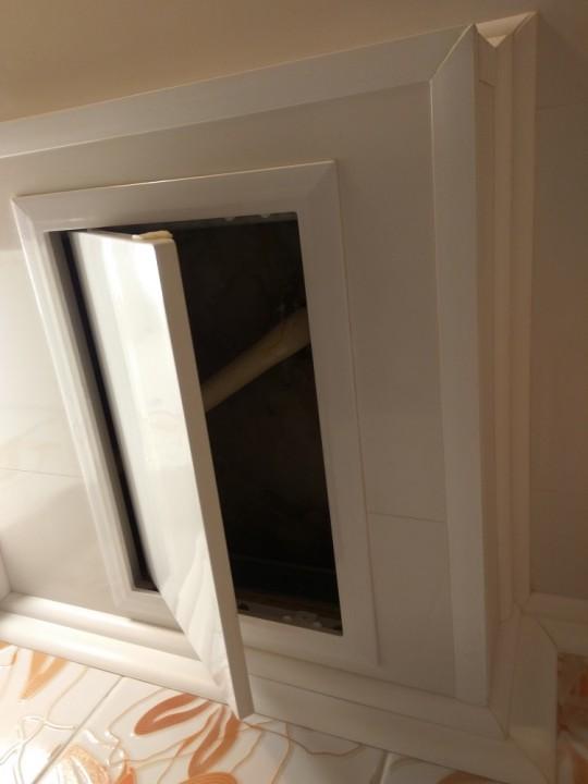 А это оставлен лючок в потолке, чтобы контролировать состояние трубы, уходящей к соседям сверху