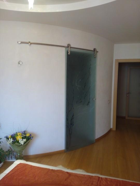 вот эта дверь из калёного стекла уже около  10 лет прекрасно висит на перегородке из ГКЛ, профиль КНАУФ, усиление фанерой.