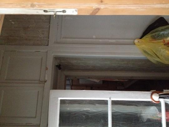 когда дверь в кухню открыта она загораживает проход в ванную, за окрытымидверьми в ванную и кухню шкафчик встроенный глубиной около около 35 см, а над ним над входом в ванную и далее над шкафом антрисоли.