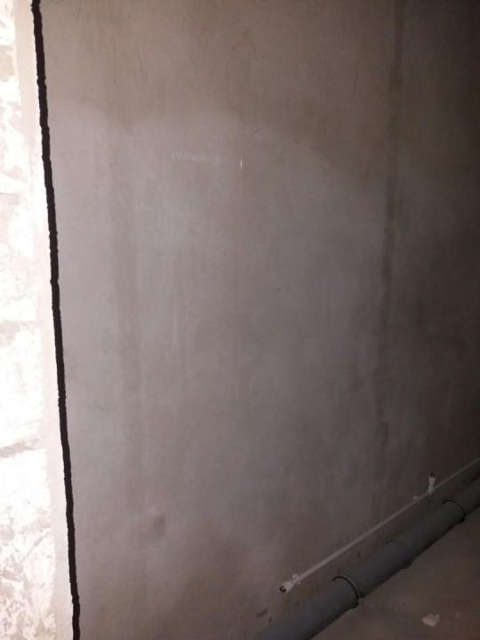 унитаз в этот угол с поворотом его к стене, слева от входа.