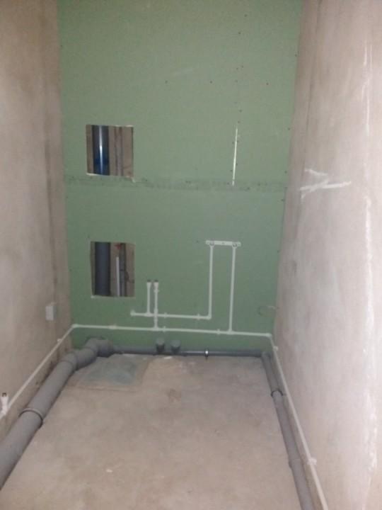верхний люк для полотенцесушителя, нижний - счетчики. Трубы по всей ванной спрятать в стены планирую