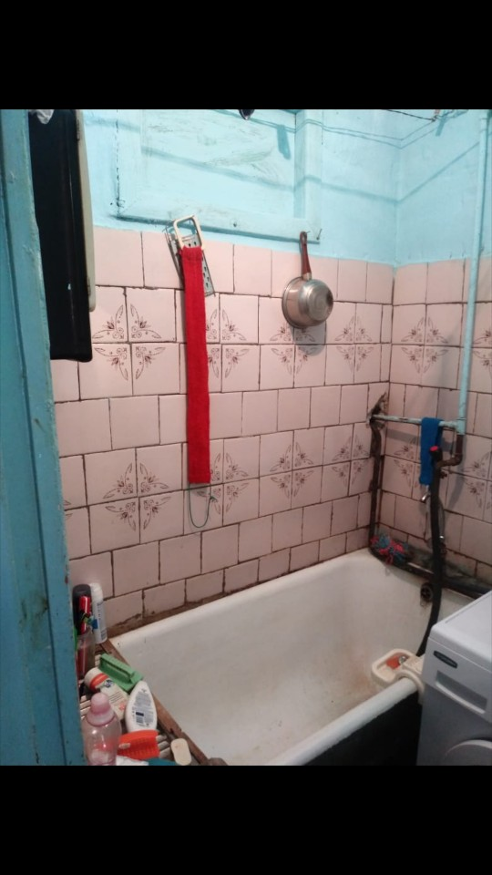 Вот ванна. Здесь даже нет раковины.